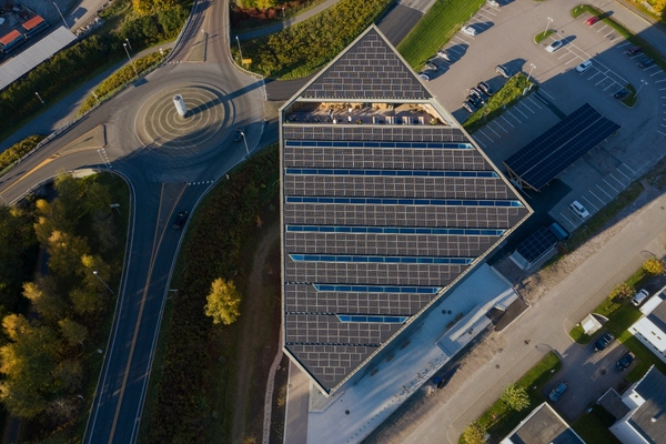The tilted rooftop maximises the use of solar energy. Copyright: Ivar Kvaal