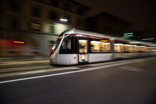 Hitachi tests battery-powered tram in Florence
